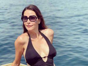 Esther Doña se pone sexy en bañador, pero lo importante está tras la cámara: su novio, Santiago Pedraz