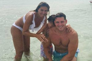 Manu Tenorio y Silvia Casas, vacaciones con su hijo y con amigos en Formentera