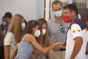 La Reina Letizia y sus hijas dan la sorpresa en el Real Club Náutico (y se llevan una medalla olímpica)