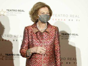 Doña Sofía sustituye a los Reyes en el Teatro Real ante su viaje a La Palma