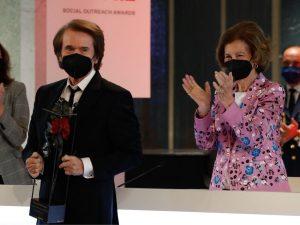 La Reina Sofía entrega un galardón a Raphael en los Premios Sociales Fundación Mapfre